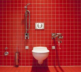 赤い壁のトイレ